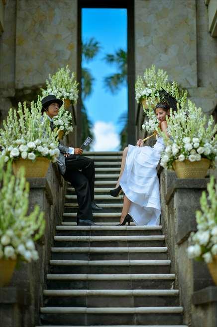 天国の窓と呼ばれるザ・レギャン・バリの回廊<br /> (ガーデン挙式でない場合は、生花の装飾は別途代金がかかります。)
