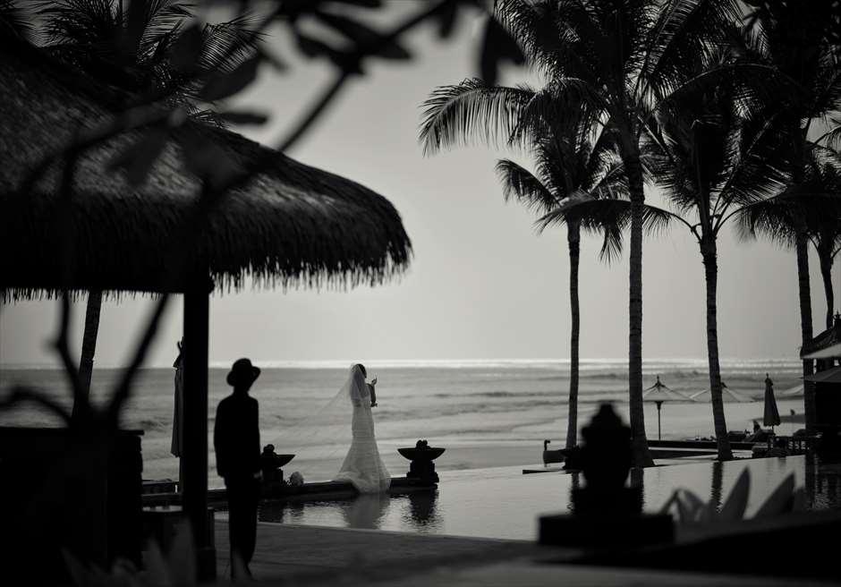 ザ・レギャン・バリ<br /> メインプールからスミニャックビーチを臨む