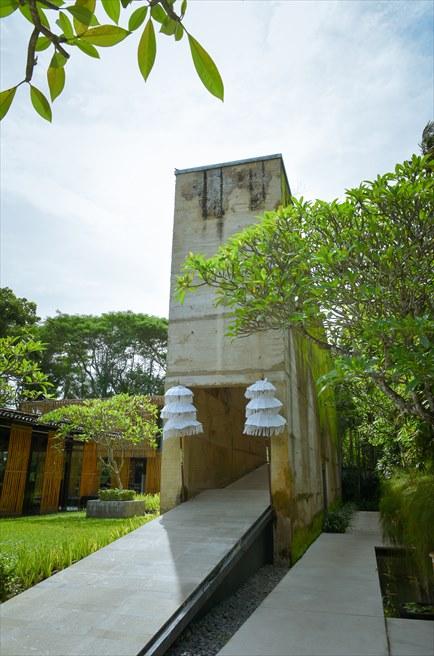 カユマニス・ヌサ・ドゥア・ヴィラ&スパ グラス・チャペルへの遺跡のような回廊