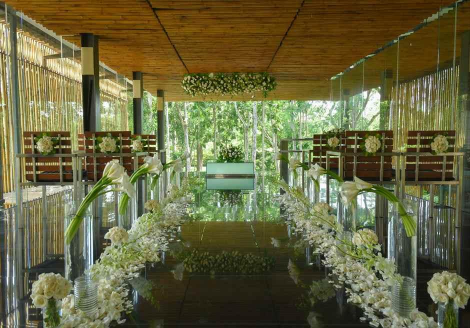 カユマニス・ヌサ・ドゥア・ヴィラ&スパ グラス・チャペル・ウェディング  挙式会場 基本装飾