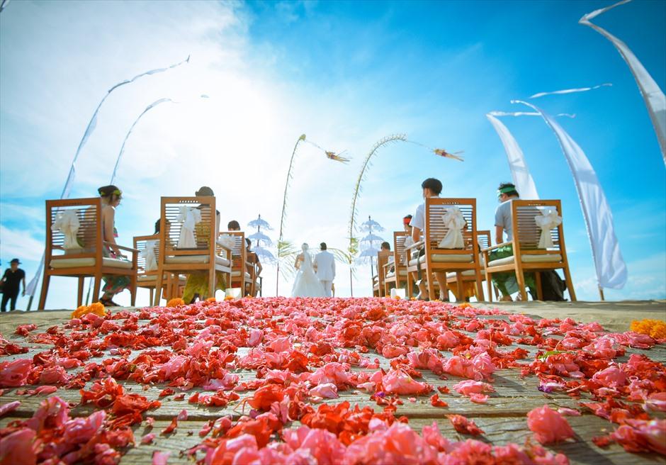 バリニーズ・ビーチフロント・ウェディング<br /> 挙式シーンと生花のバージンロード