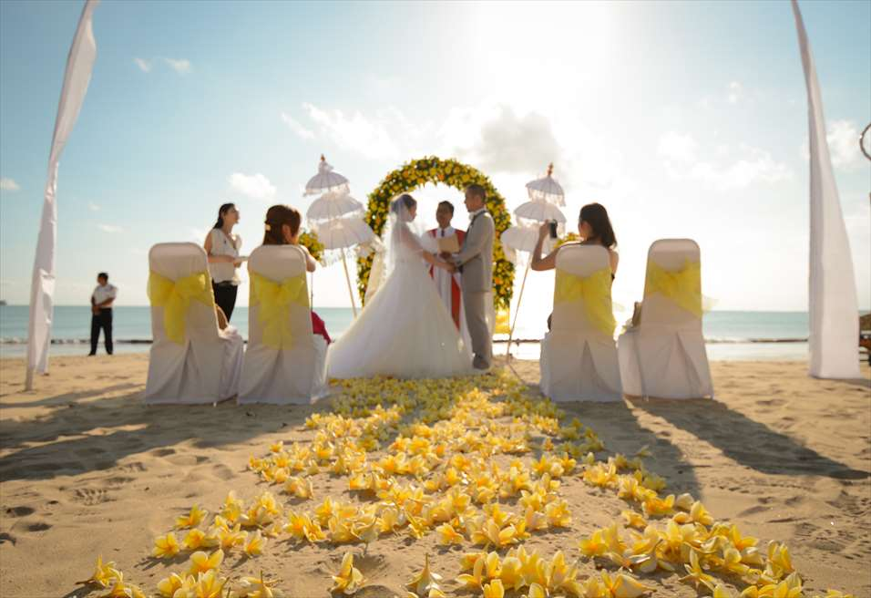 クラトン・ジンバラン・ビーチ・リゾート ホワイト・サンズ・ビーチウェディング イエロー挙式会場装飾 挙式風景