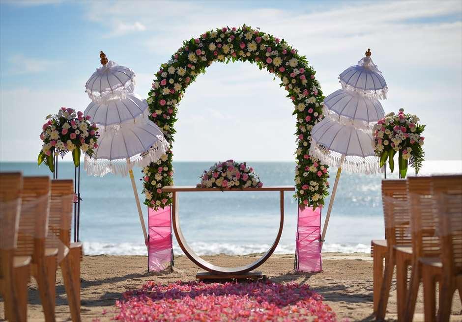 ナチュラル&ラグジュアリー・ビーチウェディング<br /> ピンク&ホワイト 挙式会場<br /> 生花の祭壇装飾とウンブル・ウンブル