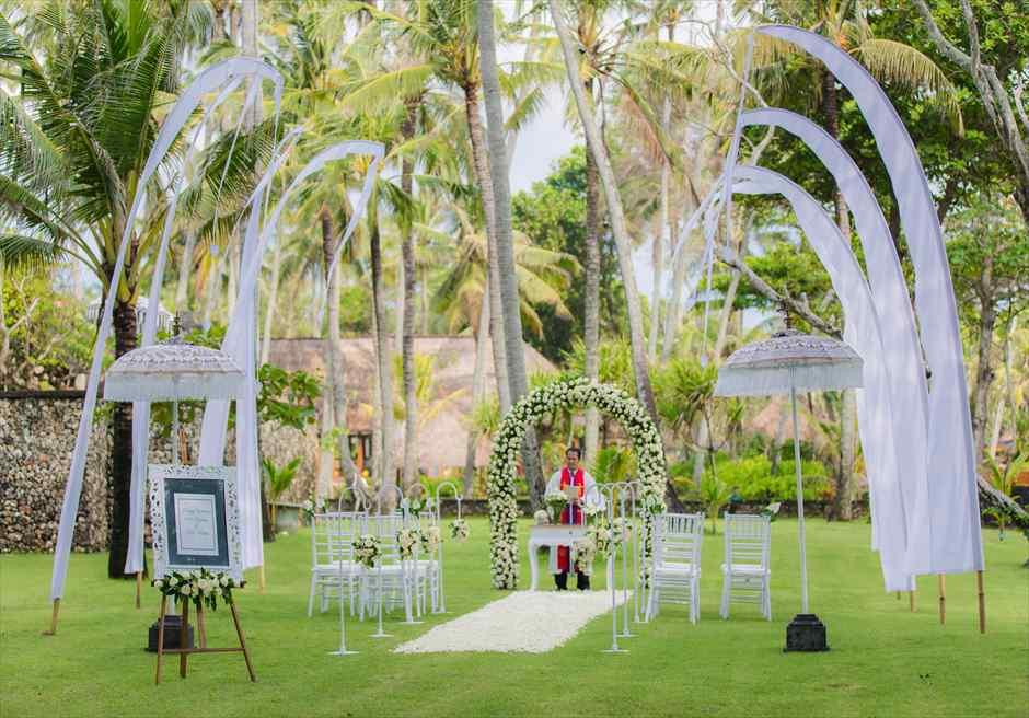 ジ・オベロイ・バリ  ガーデン・バイ・ザ・シー 挙式会場全景 真っ白なバリ伝統の旗が、スミニャックビーチ・シーサイドの清々しい風になびく