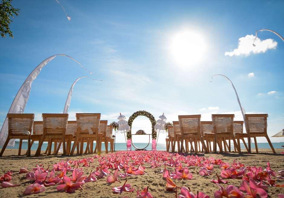 ベルモンド・ジンバラン・プリ・バリ<br /> ナチュラル&ラグジュアリー・ビーチウェディング<br /> ピンク&ホワイト 挙式会場装飾