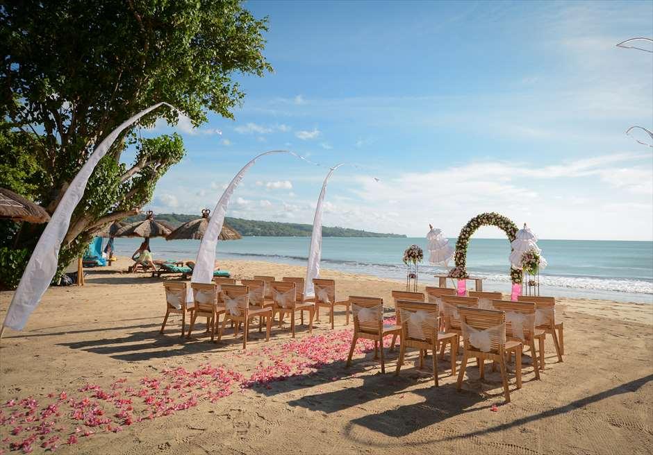 ナチュラル&ラグジュアリー・ビーチウェディング<br /> ピンク&ホワイト 挙式会場<br /> 美しいジンバランビーチを臨む