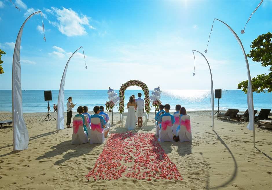 クラトン・ジンバラン・ビーチ・リゾート<br /> ホワイト・サンズ・ビーチウェディング<br /> ピンク&ホワイト 挙式シーン全景