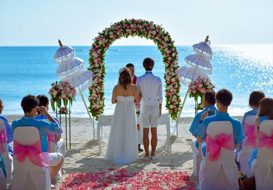 ホワイト・サンズ・ビーチウェディング |ピンク&ホワイト 挙式シーン| 祭壇越しに広がる美しい海