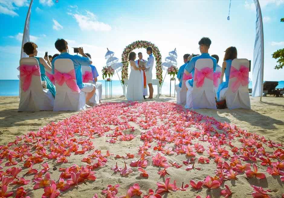 ホワイト・サンズ・ビーチウェディング| ピンク&ホワイト 挙式シーン |生花のバージンロード