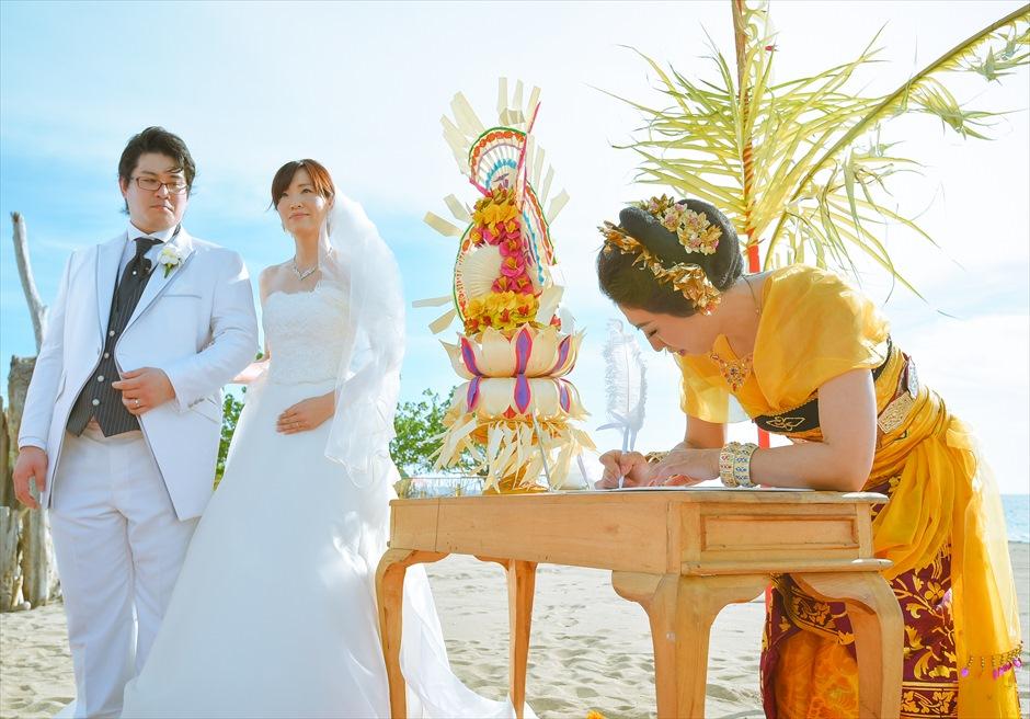 バリニーズ・ビーチフロント・ウェディング<br /> 結婚証明書への署名