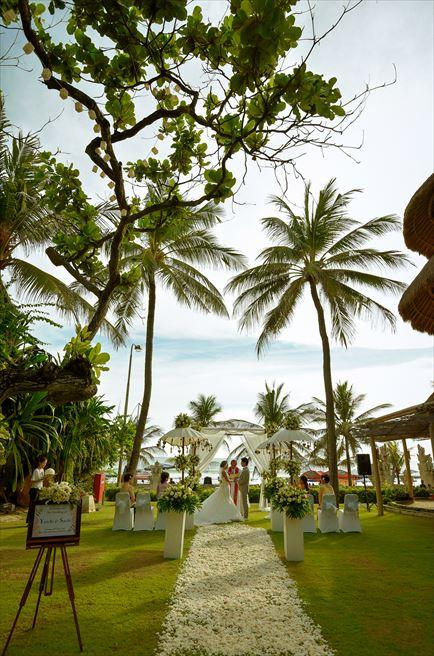 バリ・マンディラ・ビーチ・リゾート&スパ  ビーチフロント・ガーデンウェディング 挙式シーン