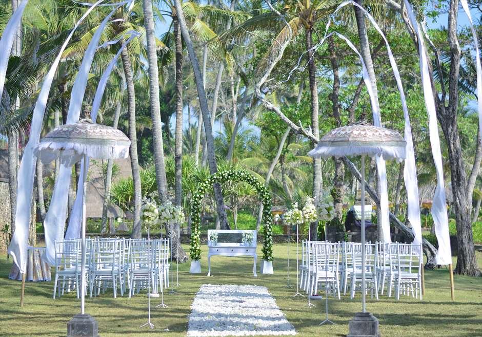 ジ・オベロイ・バリ  ガーデン・バイ・ザ・シー 基本装飾 真っ白な生花とウェディングチェアがガーデンに映える