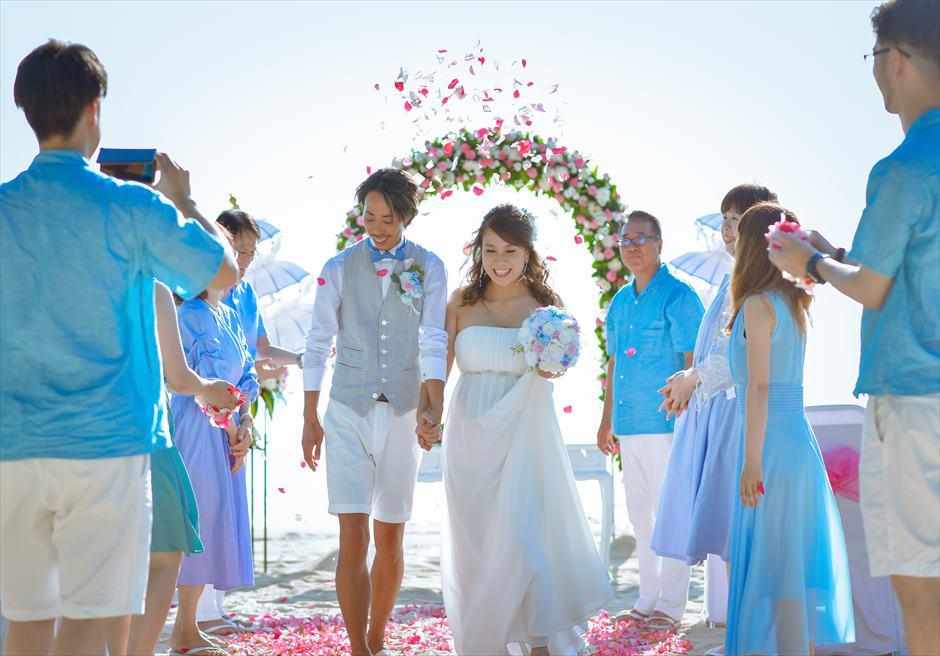 ホワイト・サンズ・ビーチウェディング |ピンク&ホワイト|生花のフラワーシャワー