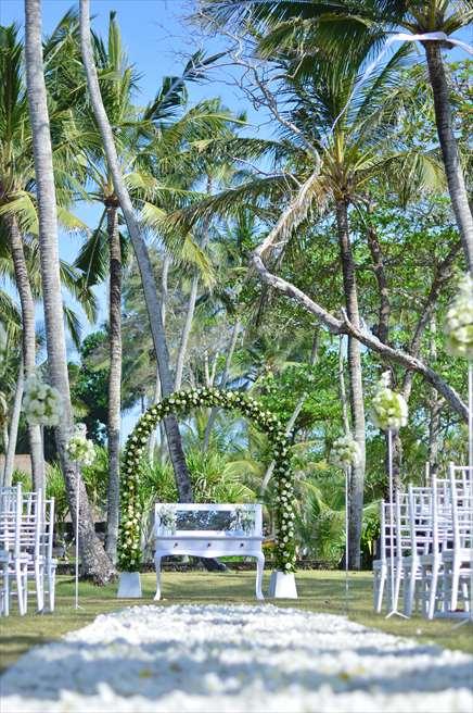 ジ・オベロイ・バリ  ガーデン・バイ・ザ・シー 自然を大切に芸術的に美しく緑と白と青のコントラストを大切にする