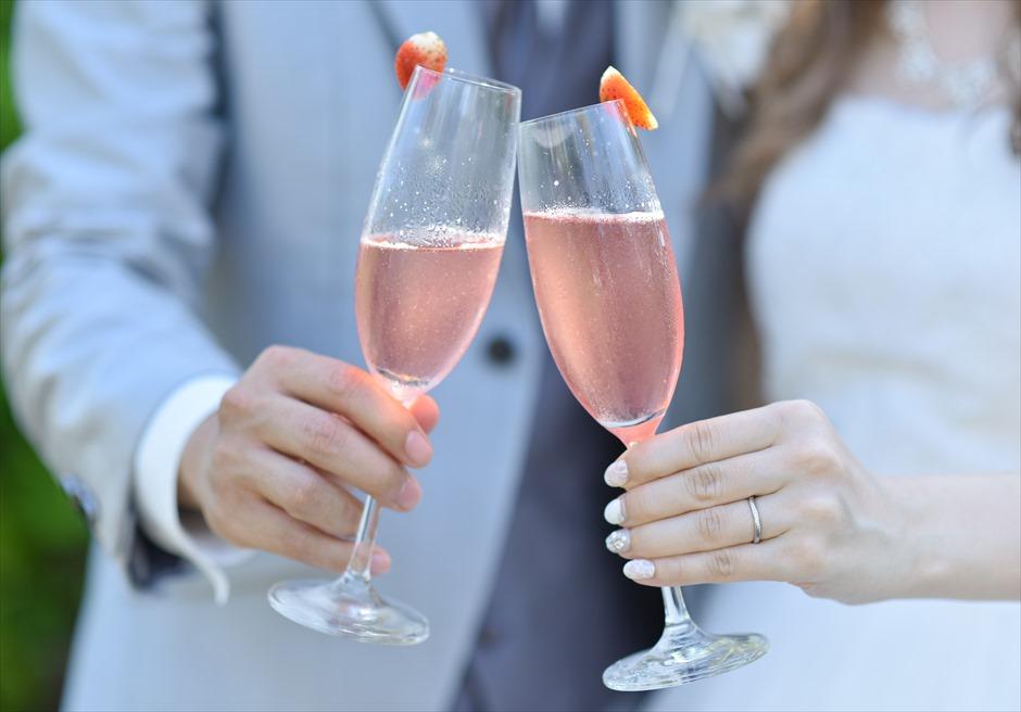 チャペル・オブ・ザ・スミニャック  アップグレード・ブルー・ウェディング ご新郎ご新婦乾杯スパークリング