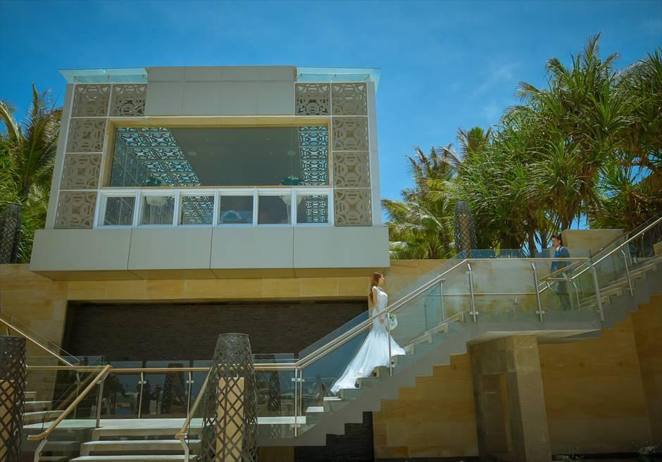 ザ・ムリア・バリハーモニー・チャペルよりビーチに降りる回廊にてフォトウェディング