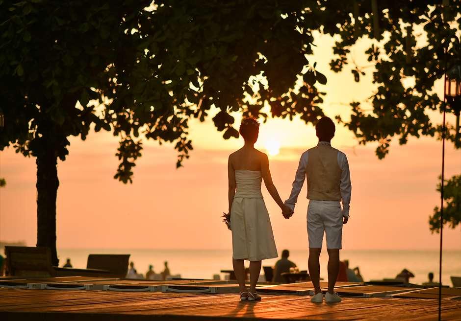 クラトン・ジンバラン・ビーチ・リゾート<br /> ホワイト・サンズ・ビーチウェディング<br /> 目の前に美しく落ちるサンセット