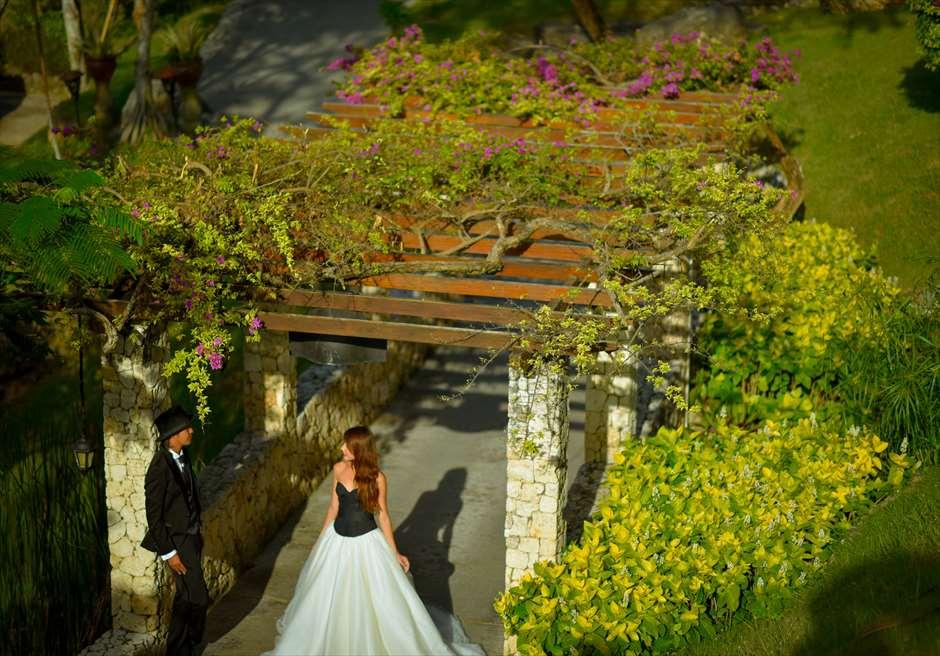 フォーシーズンズ・リゾート・バリ・アット・ジンバランベイ<br /> ガーデンにて
