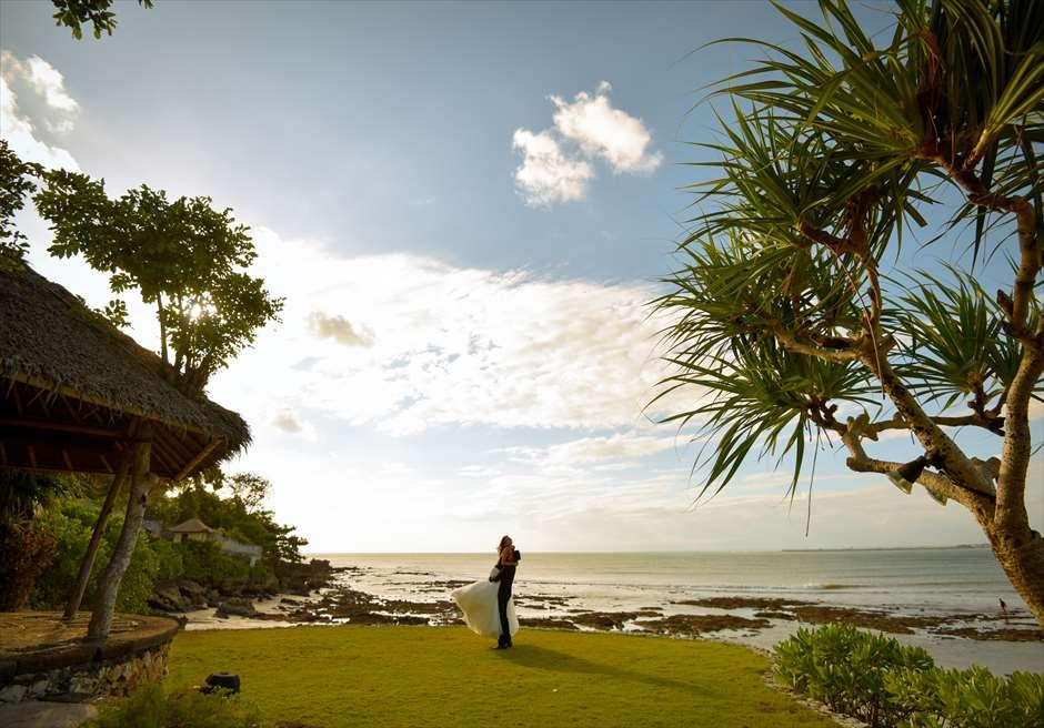 フォーシーズンズ・リゾート・バリ・アット・ジンバランベイ<br /> リゾート内ガーデンにて