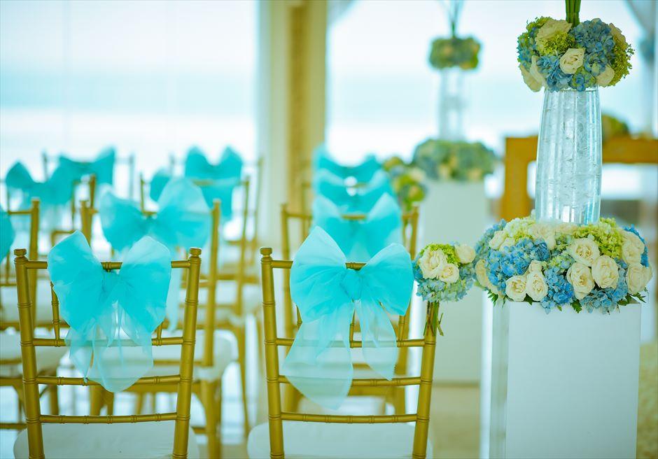 アップグレード・ブルー・ウェディング 紫陽花を多用したスタンディングフラワー セレモニーチェア ブルーのチュール