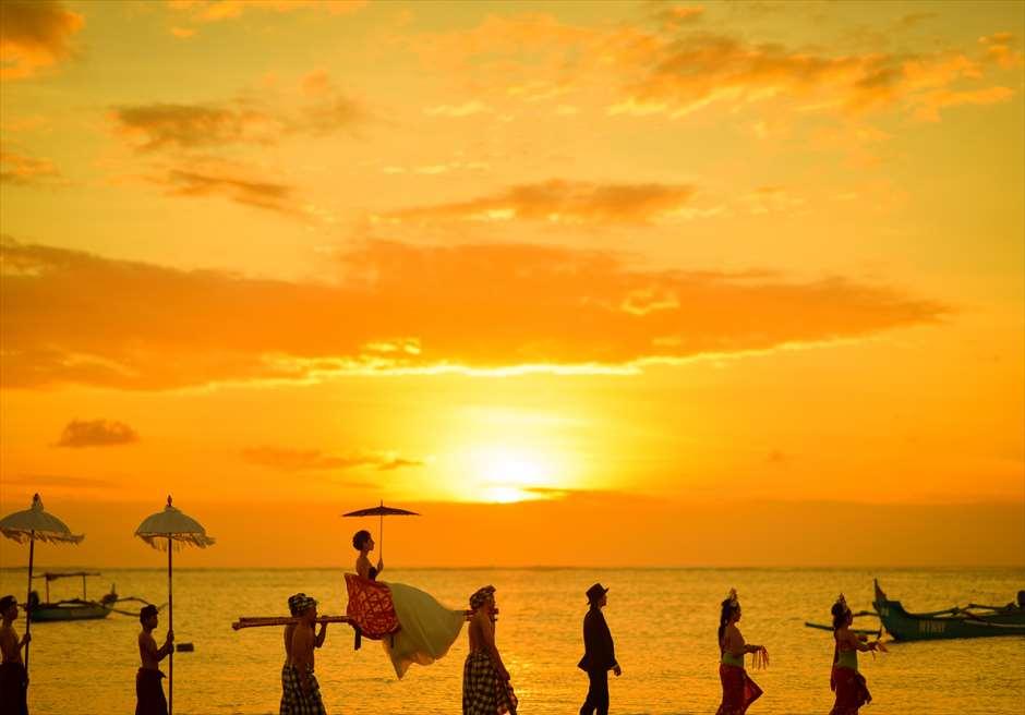 バリ島トラディショナル<br /> 神輿でのフォトツアー<br /> 波打ち際ぎりぎりを歩きます