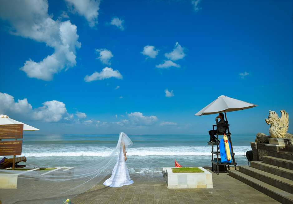 チャペル・オブ・ザ・スミニャック横スミニャックビーチに佇むリゾート内のバリ・ヒンドゥー寺院にて
