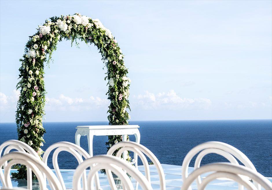 カルマ・カンダラ クリフフローティング<br /> オリジナリティ溢れる絶景ウェディングを<br /> 様々な挙式装飾、生花装飾を承ります