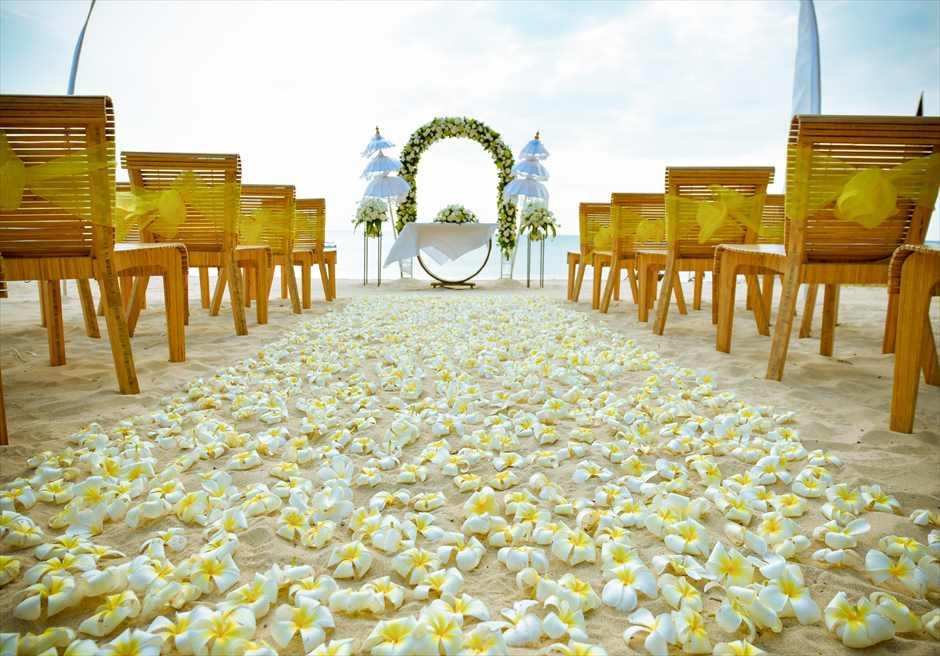 ベルモンド・ジンバラン・プリ・バリ ホワイト&グリーン 挙式会場装飾 ホワイト 生花バージンロード