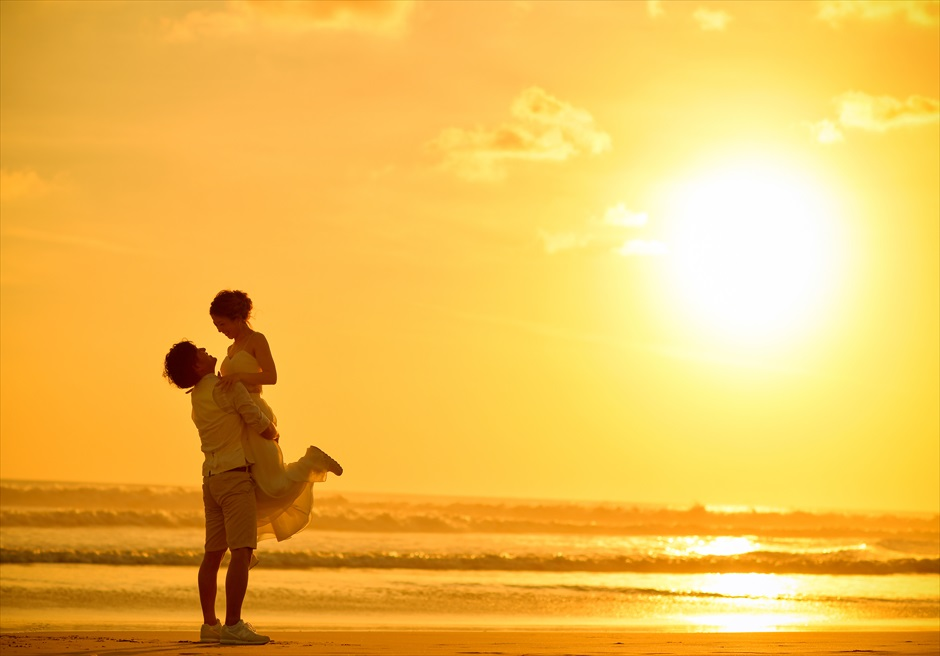 バリ・マンディラ・ビーチ・リゾート&スパビーチにてサンセット・フォトウェディング