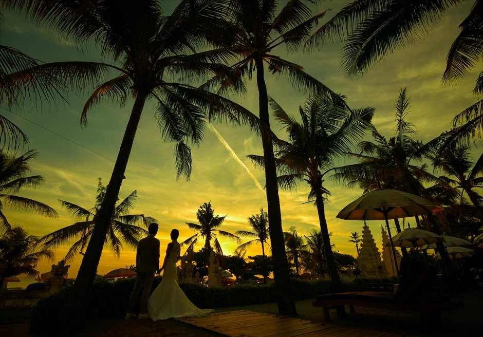 バリ・マンディラ・ビーチ・リゾート&スパリゾート内ガーデンにてサンセット・フォトウェディング