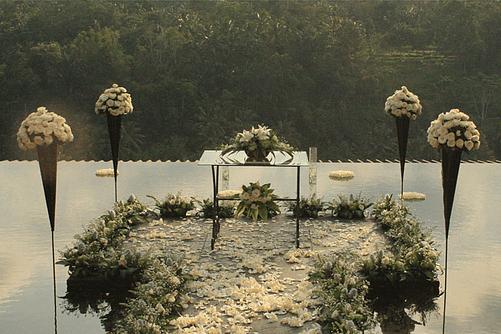 クプ・クプ・バロン・ヴィラズ&ツリー・スパ<br /> アトモスフェア・ウェディング ホワイト装飾<br /> 挙式会場祭壇周り