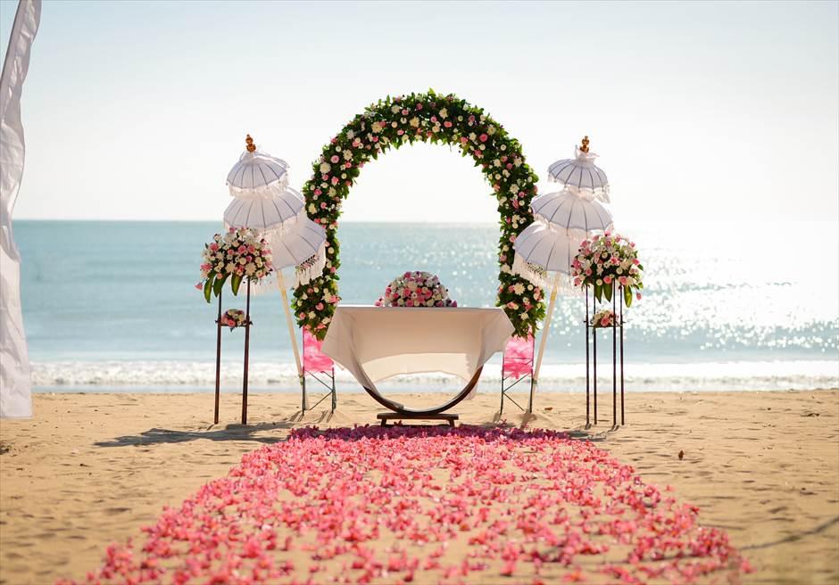 ベルモンド・ジンバラン・プリ・バリ ピンク&ホワイト 挙式会場装飾 ピンク 生花バージンロード ビーチウェディング祭壇装飾