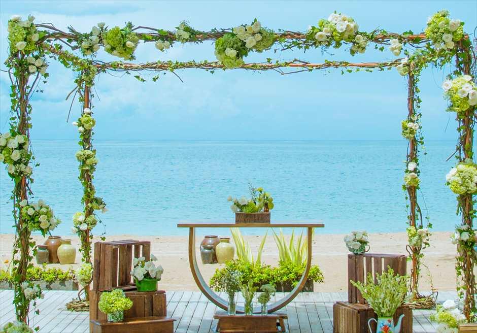 ベルモンド・ジンバラン・プリ・バリ ビーチフロント・ガーデンウェディング 目の前にビーチが広がる祭壇