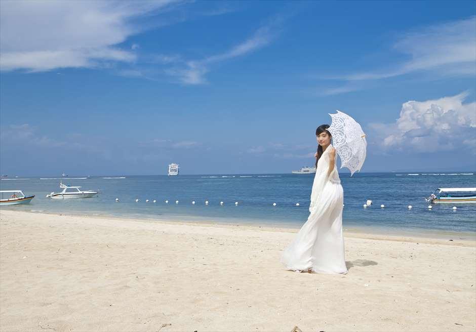白砂のビーチと真青な海<br /> タンジュン・ベノア・ビーチ
