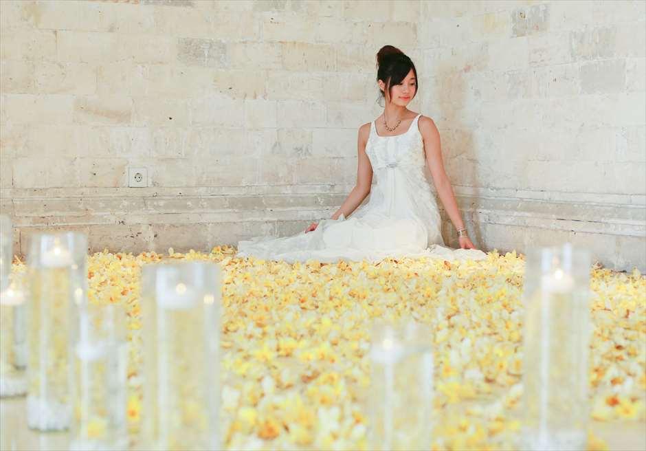 バレ・バンジャール・バイ・ザ・シー 生花とキャンドルでのウェディングフォト ジ・オベロイ・バリならではのシーン