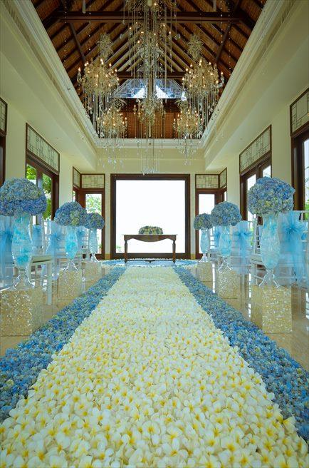 クラウド・ナイン・チャペル・アット・セント・レジス・バリ<br /> BLESS BALI オールブルー・ウェディング<br /> 生花のバージンロード