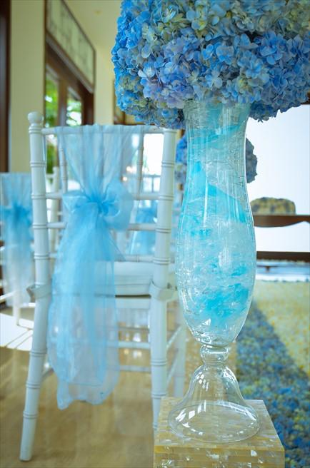 クラウド・ナイン・チャペル・アット・セント・レジス・バリ<br /> BLESS BALI オールブルー・ウェディング<br /> アイルサイド・セレモニーチェア装飾