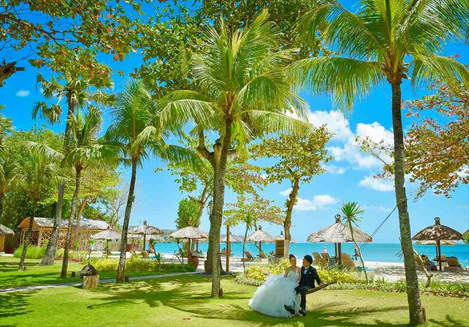 ベルモンド・ジンバラン・プリ・バリ<br /> リゾート内フォトウェディグ<br /> ガーデンの新緑と、真っ青な海の美しいコントラスト
