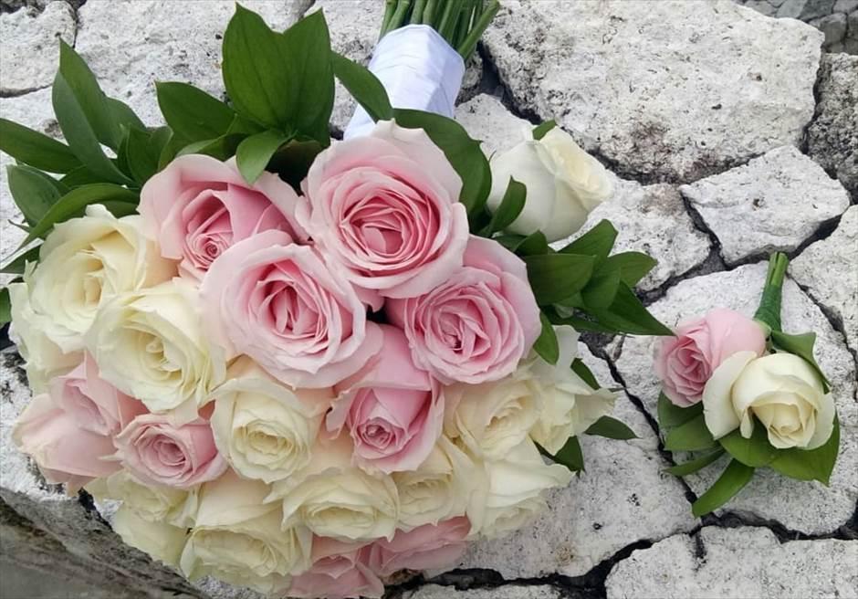 カルマ・カンダラ クリフフローティング<br /> 生花ブーケ&ブートニアは3種類より選択可<br /> ◎ホワイト or レッド or ピンク ローズ<br />