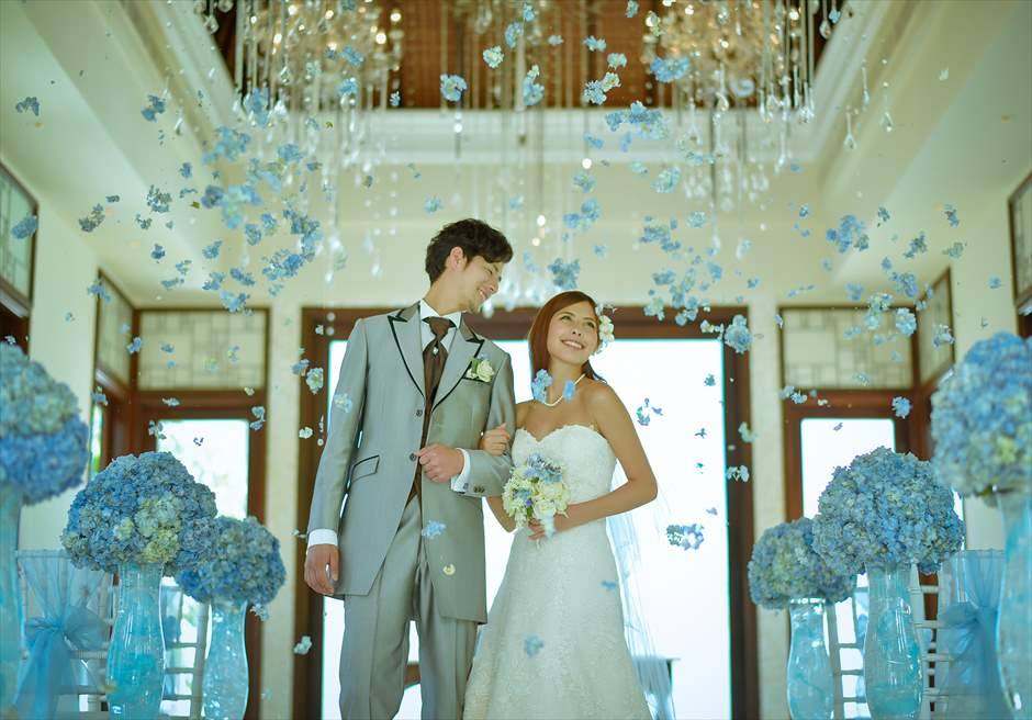 クラウド・ナイン・チャペル・アット・セント・レジス・バリ<br /> BLESS BALI オールブルー・ウェディング<br /> 生花のフラワーシャワー
