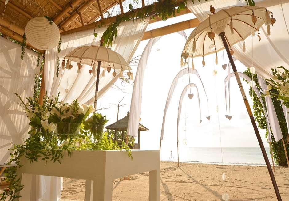 ベルモンド・ジンバラン・プリ・バリ バンブー・パビリオン・ウェディング バリの雰囲気漂う祭壇周りの装飾