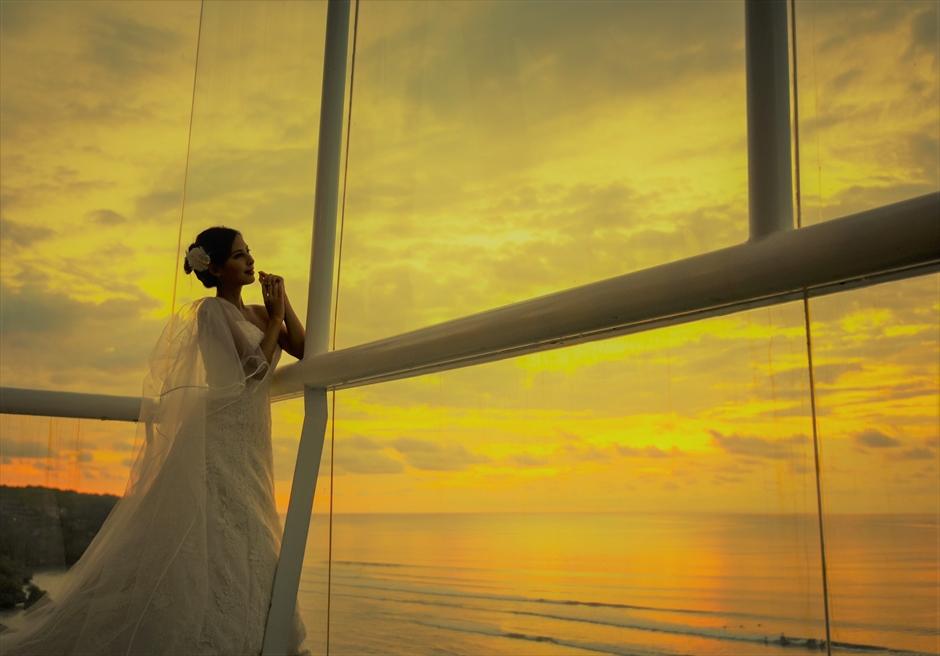 ブレス・バリ・オリジナル|デワ・デウィ・チャペル・サンセット・ウェディング|暮れ行くサンセットの色の変化を一望する