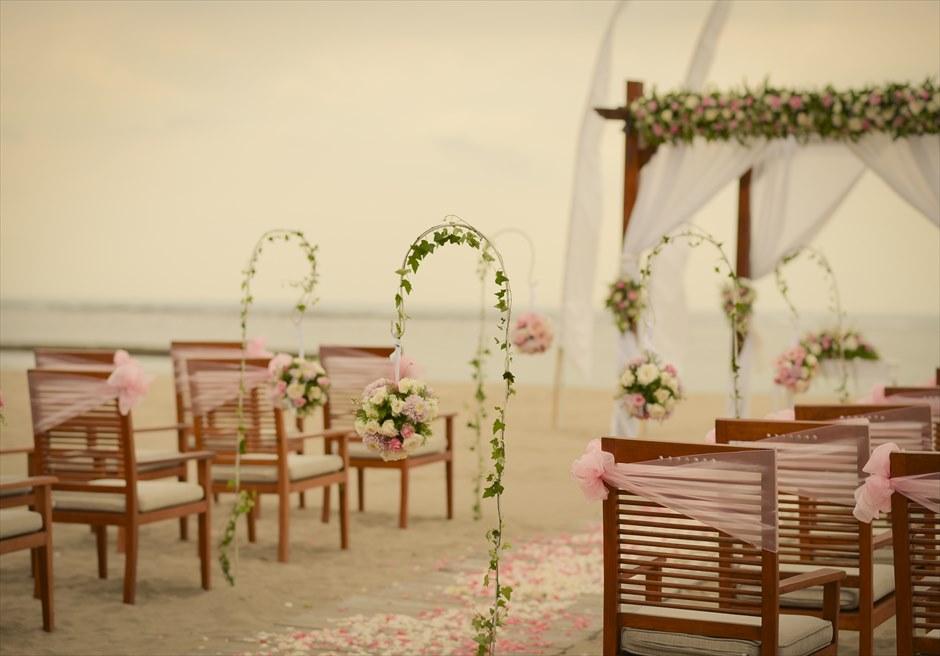 ビーチウェディング  挙式会場基本装飾ピンク 6つの生花スタンディングフラワー