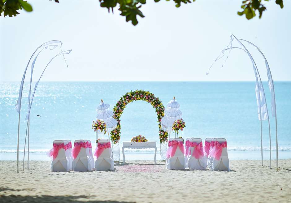 クラトン・ジンバラン・ビーチ・リゾート<br /> ホワイト・サンズ・ビーチウェディング<br /> ピンク&イエロー 挙式会場装飾