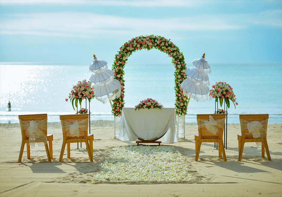 ベルモンド・ジンバラン・プリ・バリ ピンク&ホワイト 挙式会場装飾 ホワイト 生花バージンロード ビーチウェディング祭壇装飾