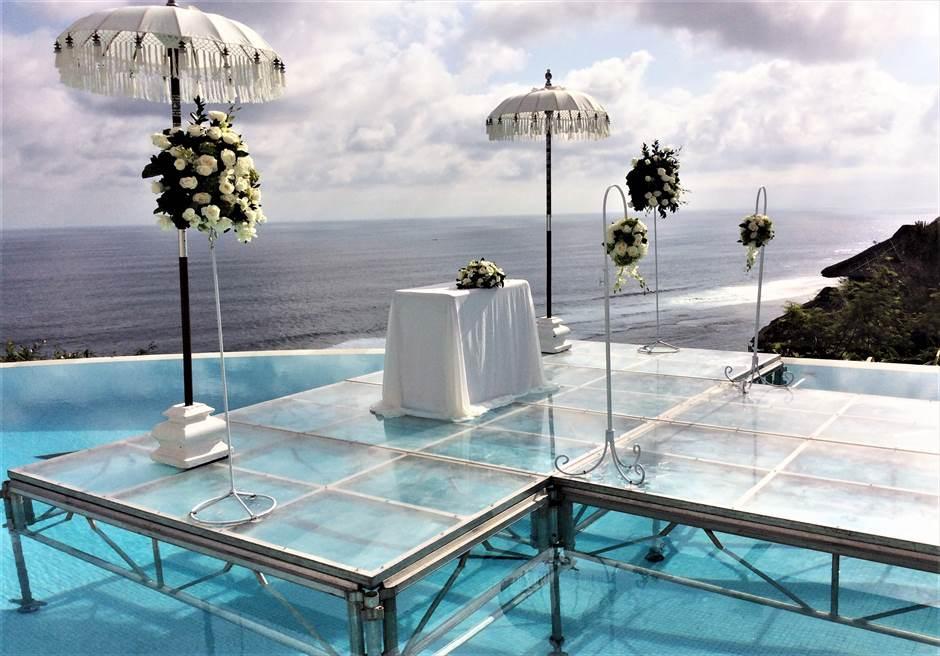 カルマ・カンダラ クリフフローティング<br /> ウェディング・オン・ウォーター<br /> ホワイト&グリーン 挙式会場装飾