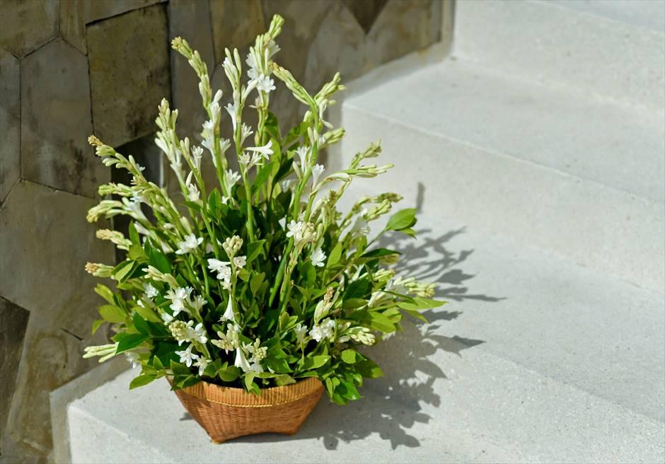 アマン・ヴィラ・ウェディング 水上挙式 祭壇装飾 生花スタンディングフラワー