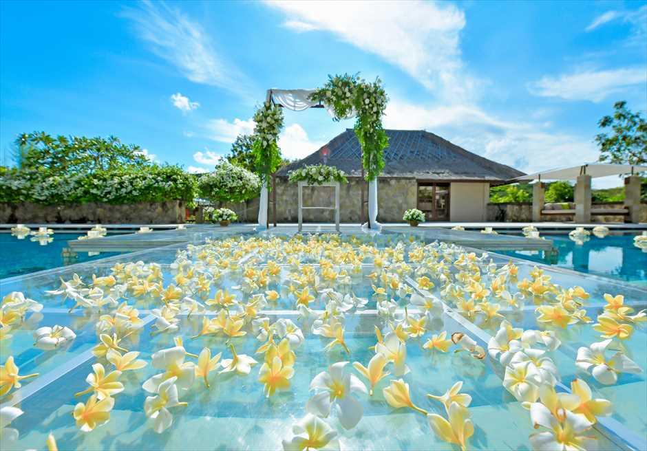 アマン・ヴィラ・ウェディング 水上挙式 生花のバージンロード