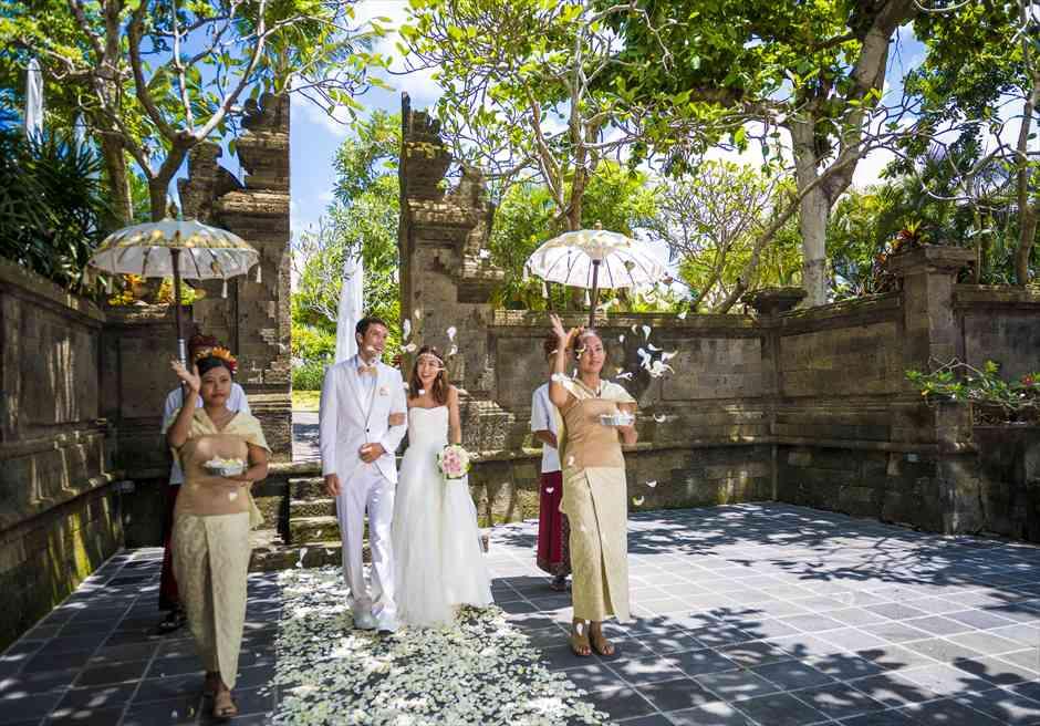 アヤナ・リゾート&スパ・バリ結婚式 バレ・クンチャナ・ウェディング 挙式会場入場シーン