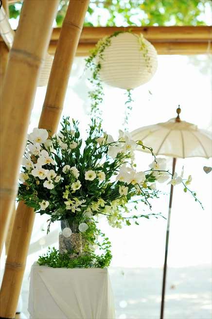 ベルモンド・ジンバラン・プリ・バリ<br /> ナチュラル・バンブー・パビリオン<br /> 挙式会場生花の装飾